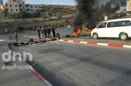 فلسطين : تضامناً مع الأسرى.. شبان يغلقون مداخل مدينة رام الله