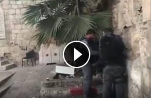جنود الاحتلال يجرون شاباً ويعتدون عليه بالضرب خلال اعتقاله في القدس المحتلة.