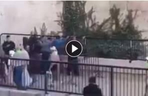 #شاهد عناصر من شرطة الاحتلال يفتشون الشبان قرب باب العامود وسط القدس المحتلة
