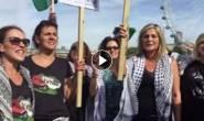 #شاهد| نشطاء يبحرون في نهر التايمز في لندن تضامناً مع الاسطول النسوي المتجه الى قطاع غزة لكسر الحصار.