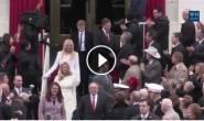 هيلاري تضبط زوجها وهو يختلس النظر إلى ابنة ترامب أثناء مراسم تنصيب أبيها.
