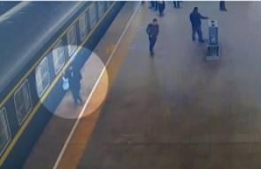 طفلة تسقط من منصة سكة الحديد