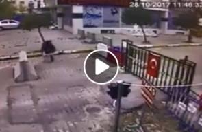 #شاهد ..كاميرا المراقبة وثقت قيام طفلتين تركيتين بتقبيل العلم التركي ، فتم تكريمهما من قبل قائد الجيش التركي خلوصي أكار.
