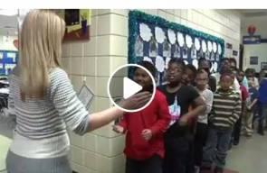 معلمه امريكيه شاهد مذا تفعل مع طلابها قبل دخول الصف ❤