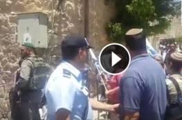 #شاهد| مستوطنون يحاولون الاعتداء على المصلين اثناء توجههم لاداء صلاة الجمعة في المسجد الابراهيمي بمدينة الخليل.