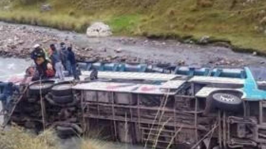البيرو: مصرع 23 شخصا في سقوط حافلة في نهر