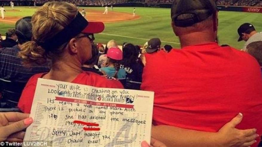 بالفيديو: مشجعتان تكشفان خيانة امرأة لزوجها خلال مباراة بيسبول