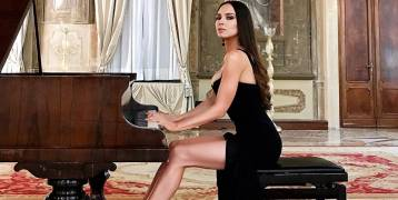 بالصور والفيديو.. عازفة أوزبيكية تبهر الجمهور ليس فقط بعزفها بل وبقوامها الجميل