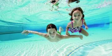 """تحذير: رائحة """"عوامات السباحة"""" تسبِّب السرطان لأطفالكم"""