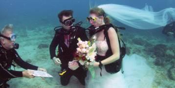 بريطاني وأميركية.. صور مذهلة لزواج تحت الماء