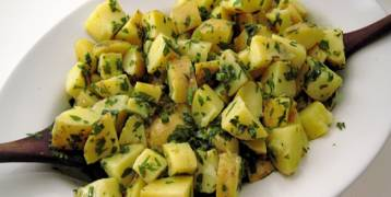 طريقة عمل البطاطا بالثوم والبصل الأخضر