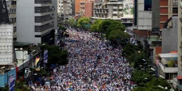 فنزويلا.. الاحتجاجات تجتاح معقل الحزب الحاكم وتهدد الرئيس