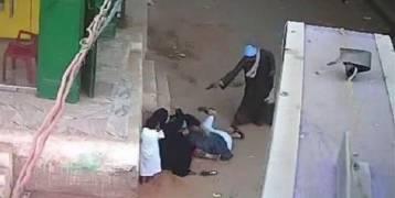 شاهد: مصري يقتل ولده أمام والدته.. صادم