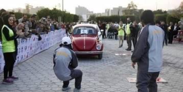 صور:ايرانية تسحب 3 سيارات بأسنانها