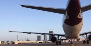 استهداف أبرز مطار في ليبيا وإصابة طائرة قبيل إقلاعها