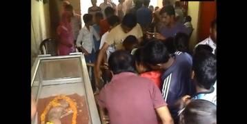 شاهد: ولادة نادرة لعجل بوجه إنسان في الهند
