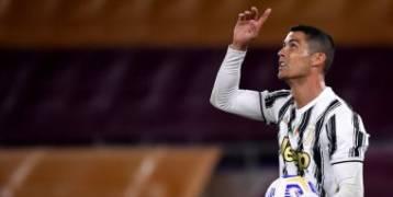 رونالدو يتفوق على ميسي ومحمد صلاح ويحصد جائزة القدم الذهبية.. رسميا