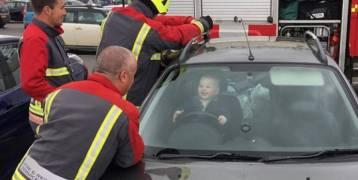 هذا الطفل حبس نفسه داخل سيارة وأجبر رجال الإطفاء على اللعب معه!