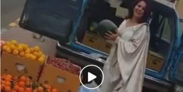 فيديو| كويتية تتسبب في أزمة مرورية خانقة بسبب البطيخ!