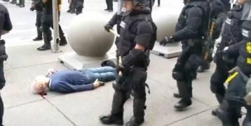 دفعوه بشدة، وتركوه ينزف بحالة خطيرة.. فيديو صادم لاعتداء شرطة نيويورك على عجوز عمره 75 عاماً