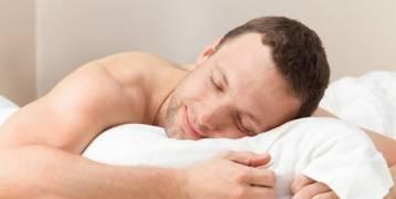 فوائد صادمة للنوم عاري