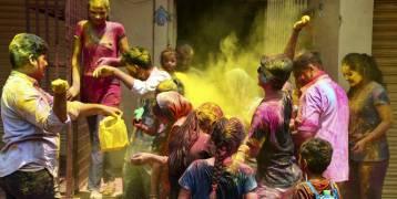 الهنود يحتشدون في احتفالات مهرجان الألوان رغم قيود فيروس كورونا (صور)