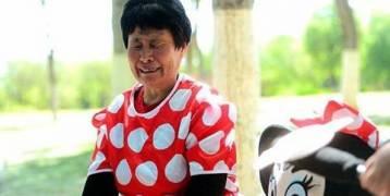 """صورٌ مؤثرة.. امرأة ترتدي ملابس """"ميني ماوس"""" لعلاج زوجة ابنها!"""