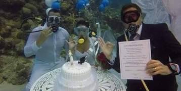 عروسان يقيمان طقوس زواجهم تحت الماء