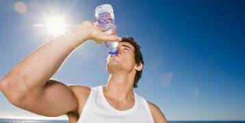 شرب الماء قرار ذكي عليك أن تكثر من اتخاذه أثناء اتباع حمية.. وهكذا تعتاد عليه