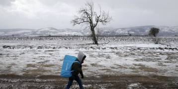 صربيا: مهاجرون سوريون وأفغان يعانون قسوة البرد والعنصرية