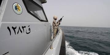 """التحالف يؤكد استهداف زورق لـ""""الحوثيين""""...و""""أنصار الله"""": أحرقنا بارجة إماراتية"""