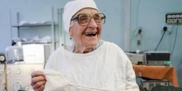 تضحك كثيراً وتبكي كثيراً...أكبر جراحة في العالم عمرها 89 سنة