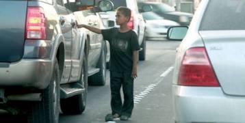 فيديو| رد فعل صادم لطفل مشرد رفضت سيدة منحه صدقة!