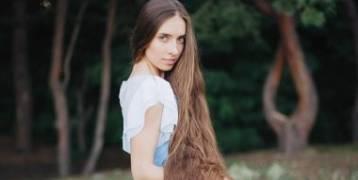 رابونزل الحقيقية تكشف أغرب طلب للرجال منها بسبب شعرها الطويل.. صور
