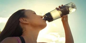 دراسة: شرب ماء إضافي يوميا يقي النساء من التهابات المثانة