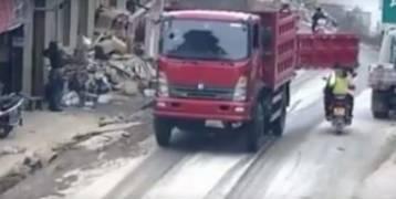 بالفيديو.. باب شاحنة يصدم وجه سائق دراجة وزوجته