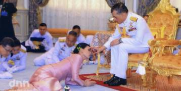"""ملك تايلاند يتزوج من حارسته الشخصية في حفل زفاف مفاجئ..منحها لقب """"الملكة"""" قبل 72 ساعة من تتويجه باللقب بعد 3 زيجات فاشلة"""