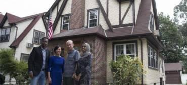 لاجئون يستأجرون منزل طفولة ترامب وسوري يحتلُّ غرفة نومه.. كيف وصلوا إلى بيت الرئيس الذي يطردهم؟