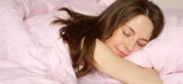 """دراسة: النوم العميق يخلص الدماغ من """"النفايات"""" السامة"""