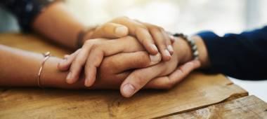 """عزيزتي، هناك طرق مختلفة لـ""""تشابك الأيدي"""" مع شريكك.. هذا ما تعنيه كل واحدة منها"""