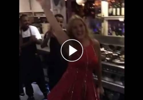 فيديو.. يسرا ترقص بصحبة عمال مطعم على أغنيتها الجديدة ..