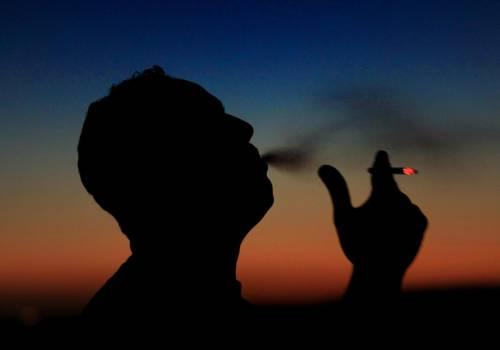 تصريحات صادمة لمسؤول مصري: التدخين مفيد ويقضي على كورونا