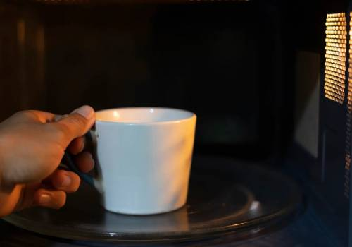 لماذا يجب وضع كوب ماء عند تسخين الطعام في الميكروويف؟