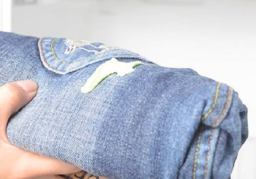 طرق بسيطة لإزالة العلكة عن الملابس