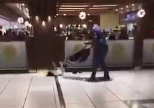 فيديو صادم  في السعودية: أب يعتدي على طفله بالضرب المبرح في المول!