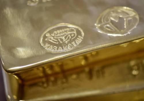 بريق الذهب يهبط والدولار الأميركي في صعود