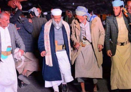 """شاهد بالصور.. خطيب جامع """"صالح"""" يرقص فرحاً بمقتله!"""