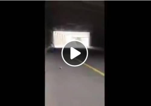 شاهد فيديو يوثق إطلاق جنود الاحتلال الرصاص المطاطي على شاب قرب حاجز الزعيم شمال شرق القدس.