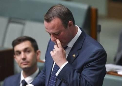 أول نائب استرالي يعرض من داخل البرلمان الزواج على شريكه المثلي