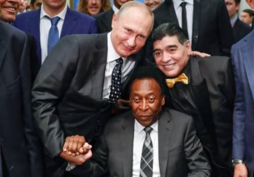 بالصور.. أساطير كرة القدم العالمية يلتقون الرئيس الروسي فلاديمير بوتين